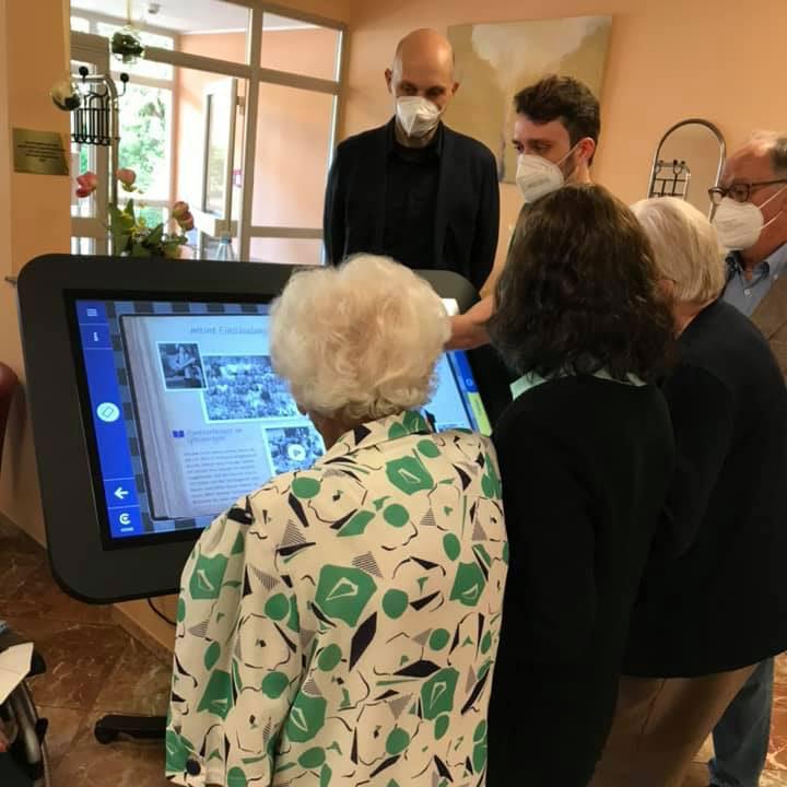 Gründer Christoph Schneeweiß erklärt Senioren der AWO Frankfurt den CareTable